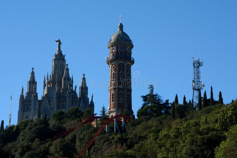 Parque de diversões e igreja em Tibidabo em Barcelona, Espanha imagens de stock