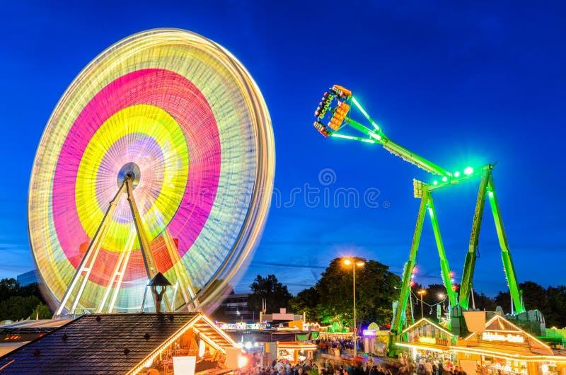 Parque de diversões na noite em Hannover, Alemanha fotografia de stock