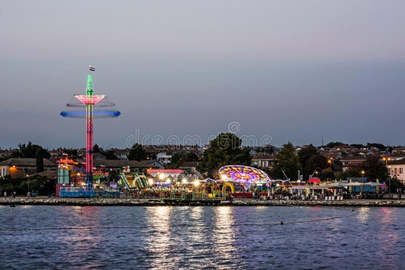 Parque de diversões na noite, Porec, Croácia fotos de stock