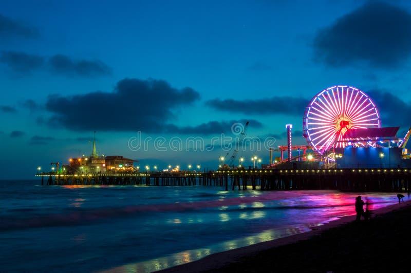 Parque de diversões no cais em Santa Monica na noite, Los Angeles, Califórnia, EUA imagens de stock