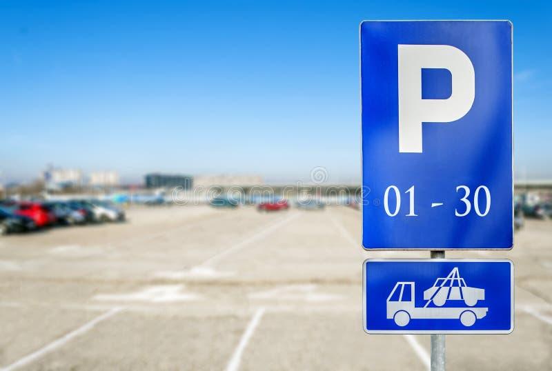 Parque de estacionamento com numeber do sinal de estacionamento autorizado com tru do reboque fotografia de stock royalty free