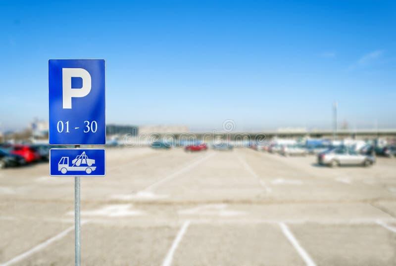 Parque de estacionamento com o número do sinal de estacionamento autorizado com caminhão de reboque fotos de stock royalty free