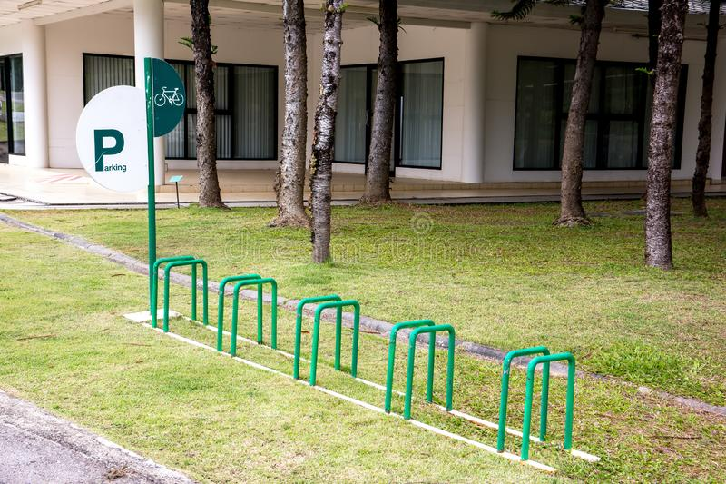 Parque de estacionamento da bicicleta no jardim real Chiang Mai da flora, Tailândia fotografia de stock