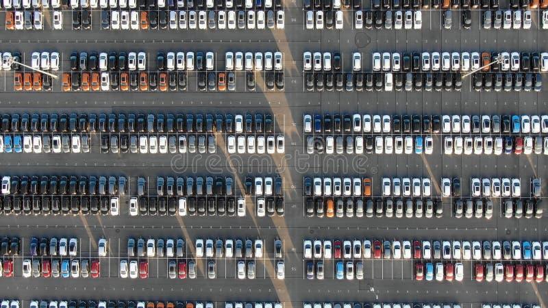 Parque de estacionamento da planta de carro com os automóveis coloridos terminados imagem de stock