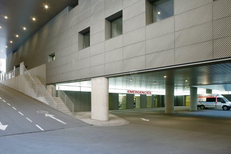 Parque de estacionamento do hospital e assoalho da entrada das emergências Ccenter m?dico fotos de stock royalty free