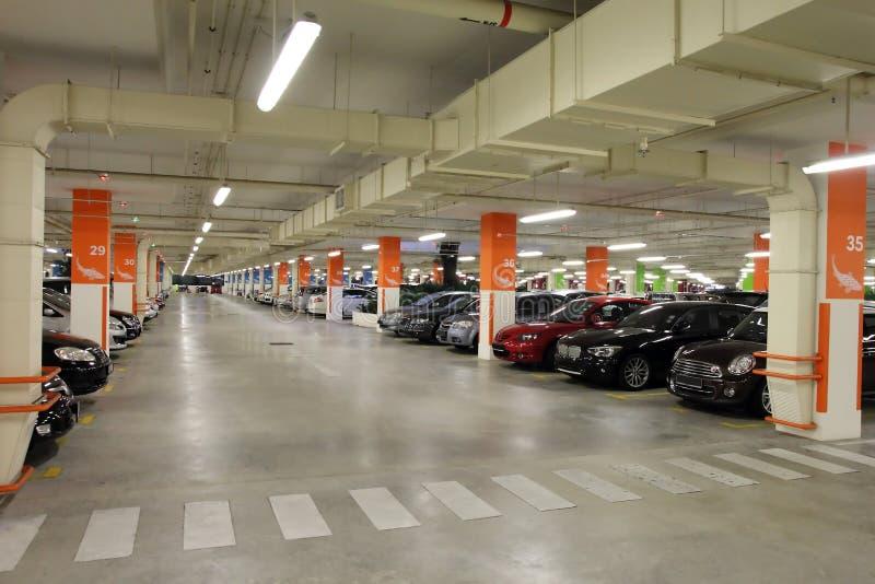 Parque de estacionamento do porão fotos de stock