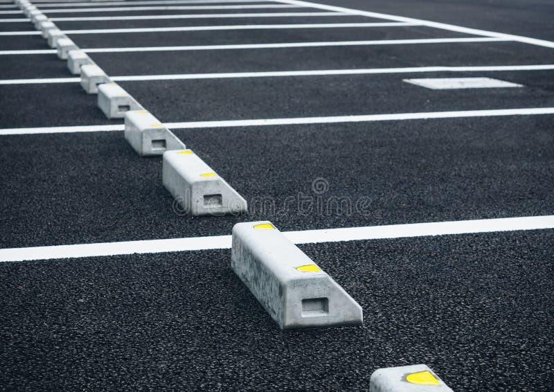 Parque de estacionamento exterior do parque de estacionamento vazio do espaço imagens de stock royalty free