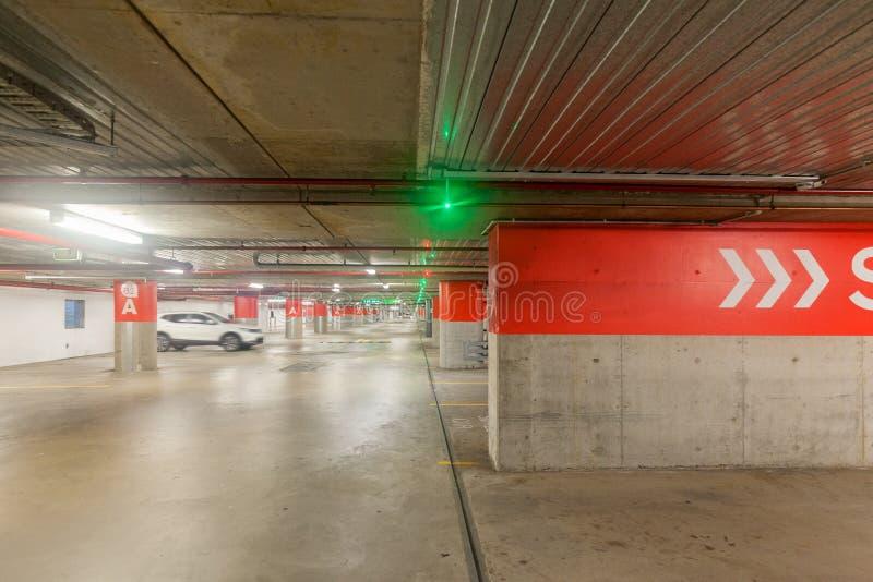 Parque de estacionamento subterrâneo fotografia de stock royalty free