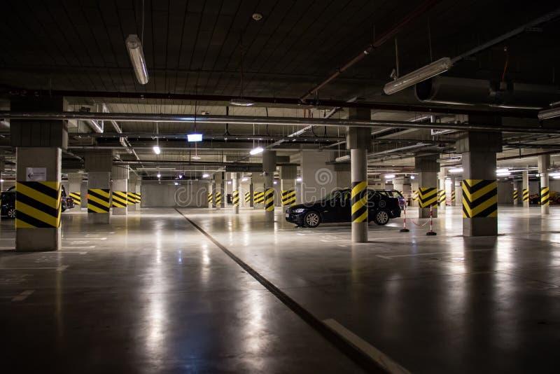 Parque de estacionamento subterrâneo iluminado, lugares de estacionamento no parque de estacionamento fotografia de stock royalty free