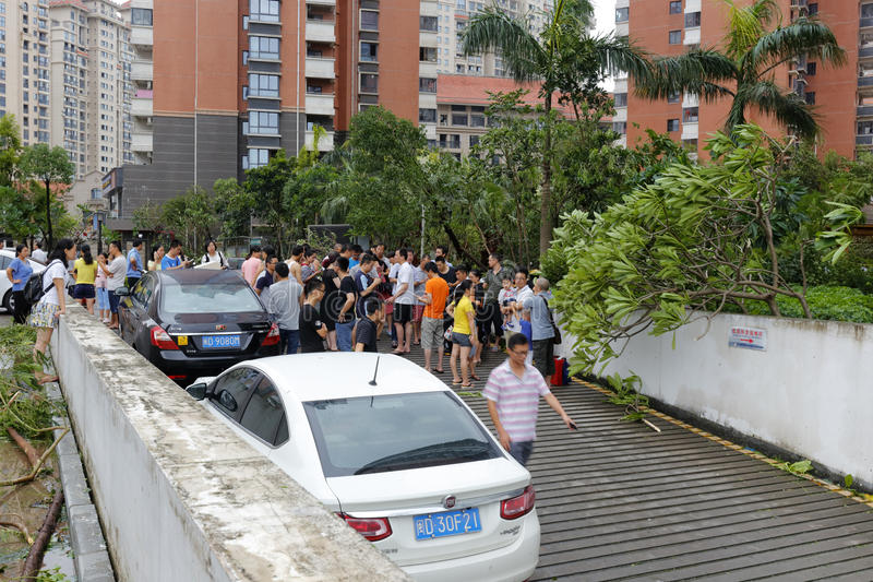 Parque de estacionamento subterrâneo inundado recolhimento dos povos na entrada fotografia de stock royalty free