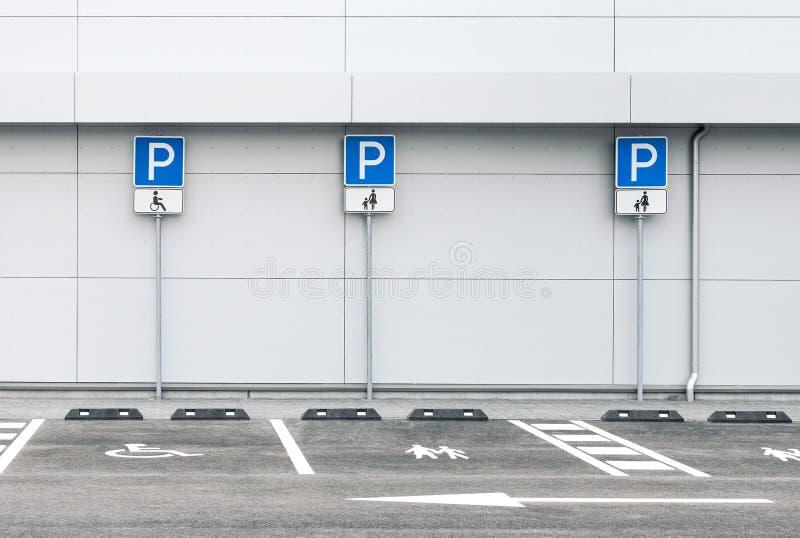 Parque de estacionamento vazio do carro com lugares de estacionamento da família e da inabilidade foto de stock royalty free