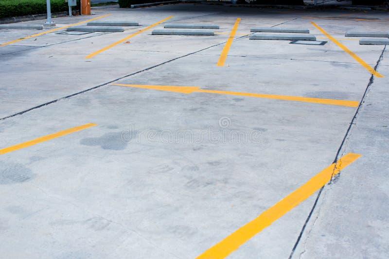 Parque de estacionamento vazio exterior da garagem de estacionamento com carro e do parque de estacionamento vago na construção d foto de stock