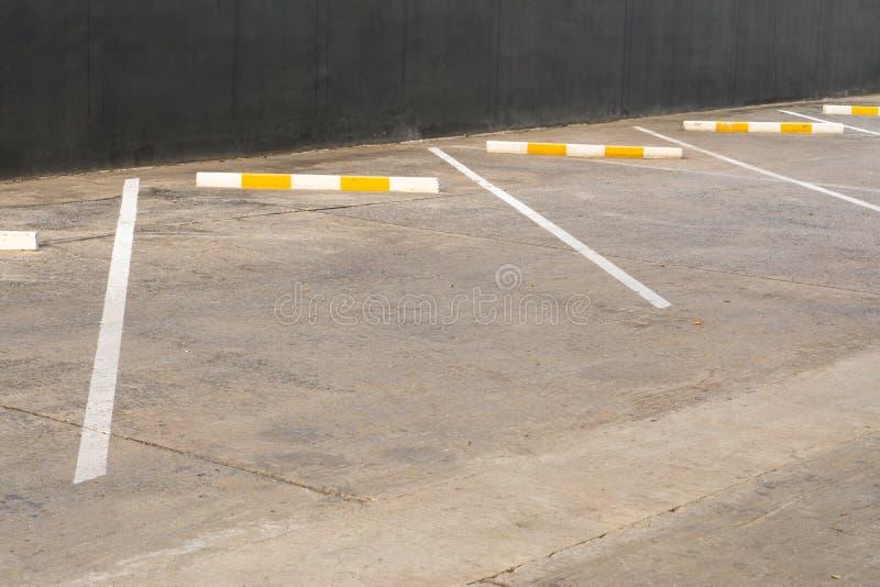 Parque de estacionamento vazio identificado por meio de linhas brancas imagens de stock royalty free