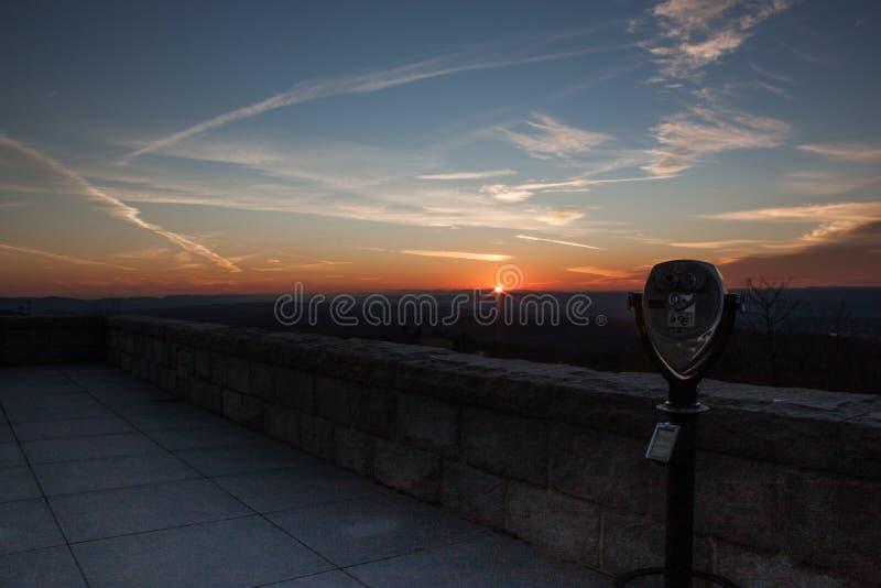 Parque de estado del punto álgido en última puesta del sol del otoño en la plataforma de observación imagenes de archivo