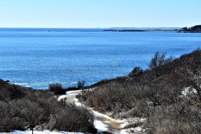Parque de estado de dos luces y vista al mar circundante en el cabo Elizabeth, el condado de Cumberland, Maine, YO, Estados Unido imagenes de archivo