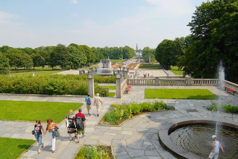 Parque de Frogner da visita dos povos com artes finalas de Gustav Vigeland em Oslo, Noruega imagem de stock