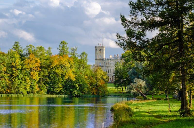 Parque de Gatchina do cenário do outono com uma vista do palácio do lago fotografia de stock royalty free
