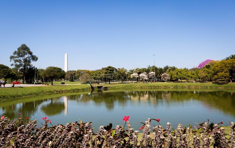 Parque de Ibirapuera e obelisco de Sao Paulo fotografia de stock