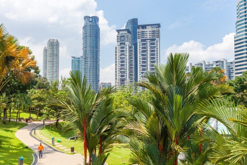 Parque de KLCC con el horizonte de Kuala Lumprur en el fondo fotos de archivo libres de regalías
