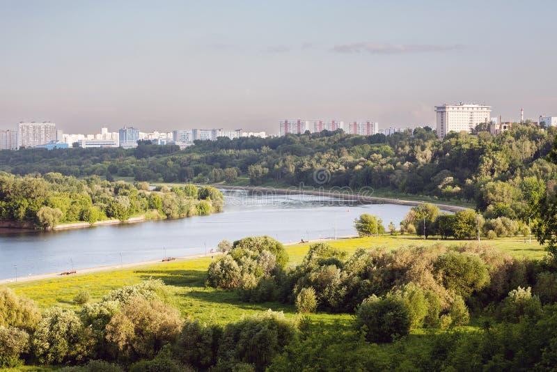 Parque de la ciudad con el río imagenes de archivo