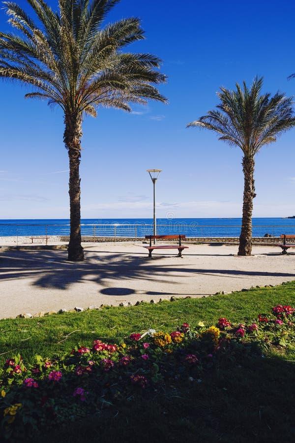 Parque de la ciudad de la opinión de la playa en Antibes imagenes de archivo