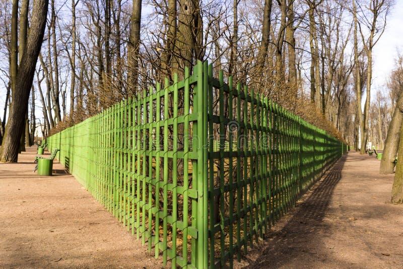 Parque de la ciudad en primavera temprana fotos de archivo libres de regalías