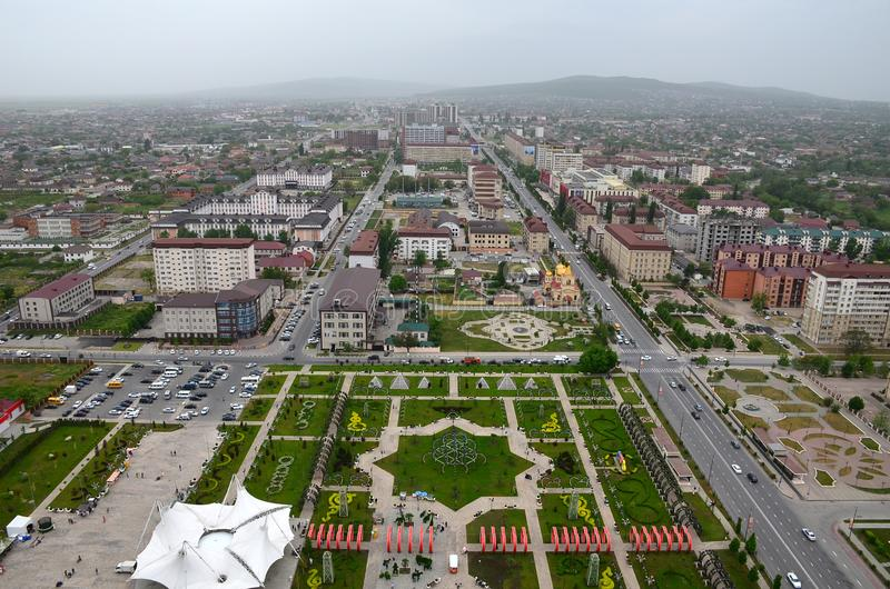 Parque de la flor con el símbolo de la estrella de David seis-acentuada y de las vistas de la ciudad de Grozny, Chechenia, Rusia  imagen de archivo libre de regalías