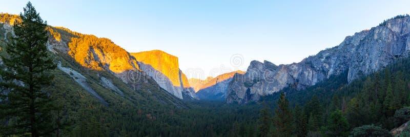Parque de la nación del valle de Yosemite durante la opinión de la puesta del sol de la opinión del túnel sobre el tiempo crepusc fotos de archivo