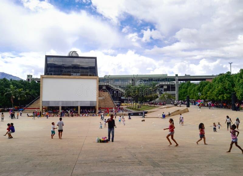 Parque de los Deseos Medellin, Colombia med folk som har gyckel, och barn som spelar - MedellÃn planetarium- och universitettunne royaltyfri foto