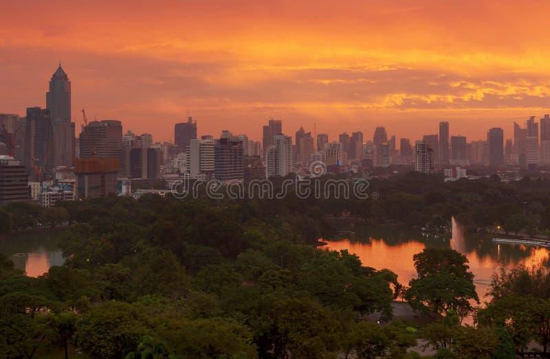 Parque de Lumpini no sunsire, cidade de Banguecoque, Tailândia fotografia de stock royalty free
