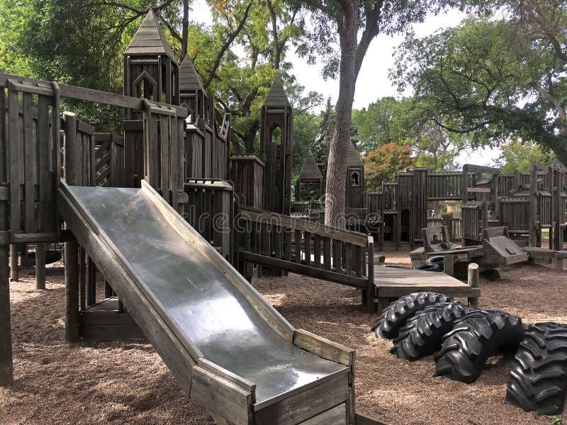 Parque de madeira do jogo com corrediça imagens de stock