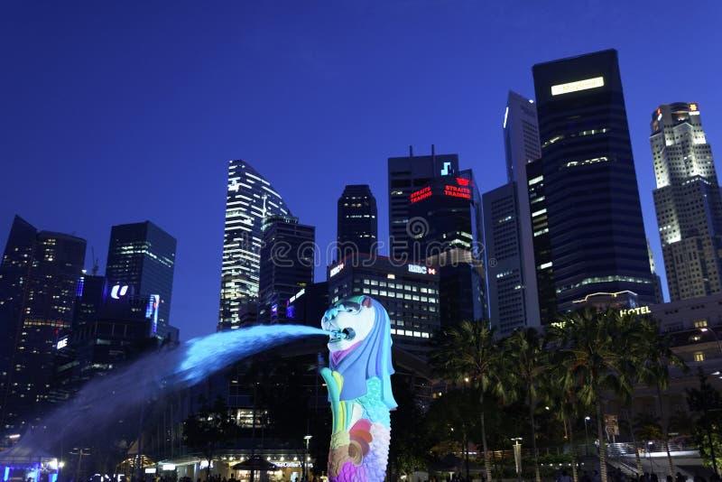 Parque de Merlion, Singapur 31 de marzo de 2012: Merlion se encendió con las luces coloridas por la última tarde imagenes de archivo