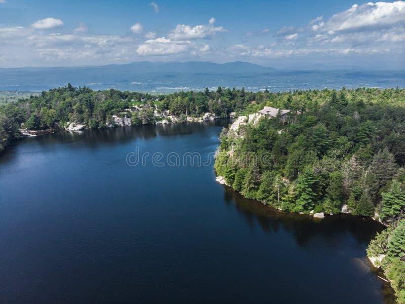 Parque de naturaleza escénico con el lago en la opinión de día de verano del top fotos de archivo libres de regalías