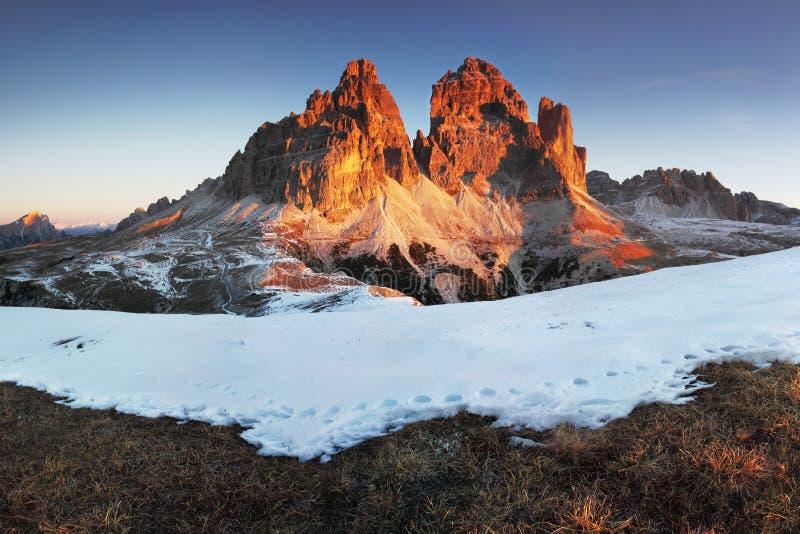 Parque de naturaleza nacional Tre Cime In las montañas de las dolomías Naturaleza hermosa de Italia Salida del sol de la primaver imagen de archivo libre de regalías