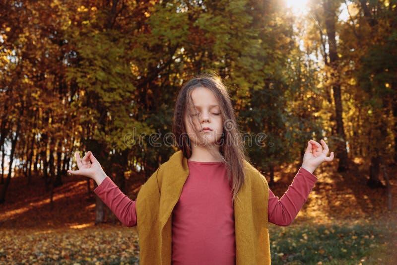 Parque de naturaleza pacífico de la muchacha de la reconstrucción al aire libre foto de archivo libre de regalías