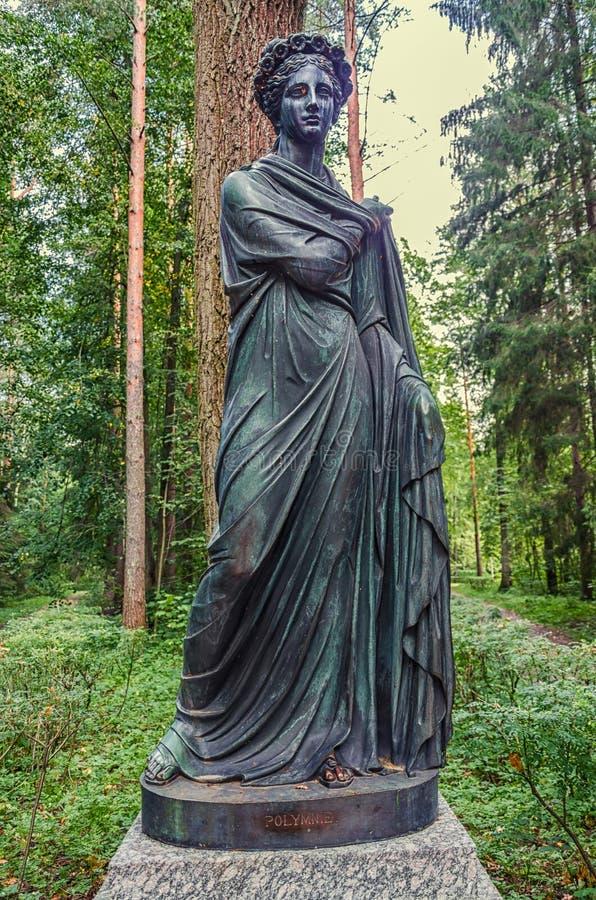 Parque de Pavlovsk A Sylvia & o x28 velhos; Doze paths& x29; estátuas polyhymnia imagens de stock royalty free