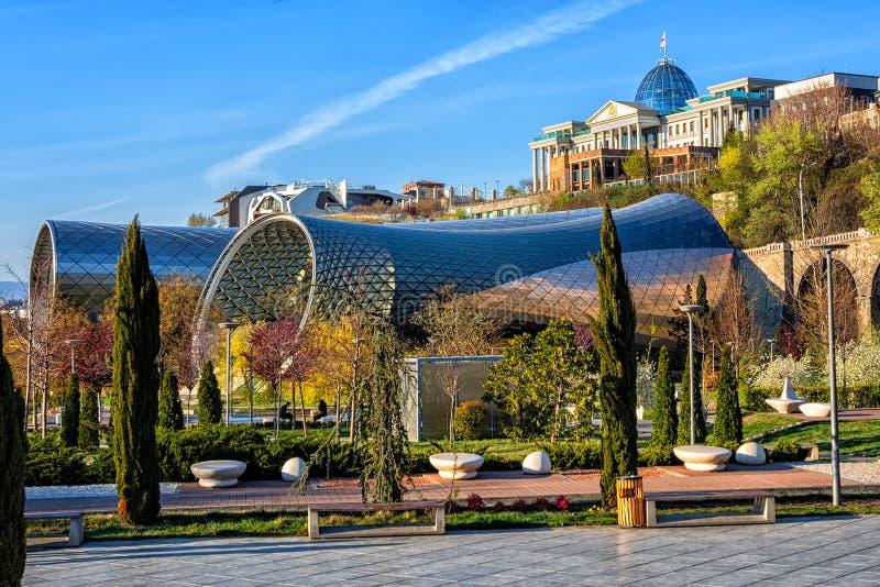 Parque de Rhike em Tbilisi, Geórgia, com o palácio de Rike Concert Hall e do presidente imagem de stock royalty free