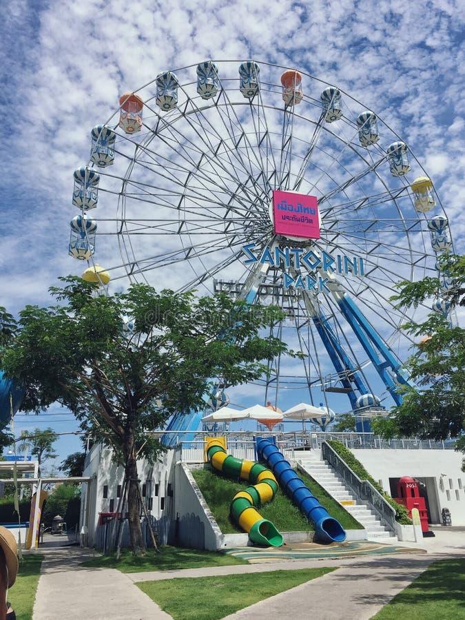 Parque de Santorini, parques tem?ticos y parques de atracciones griegos interesantes en Tailandia La rueda de ferris colorida imagen de archivo