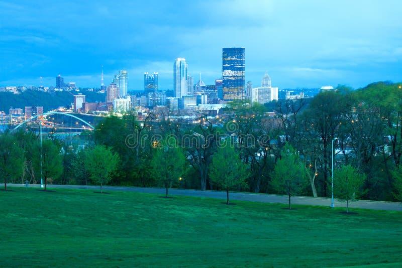 Parque de Schenley en la vecindad de Oakland y horizonte céntrico de la ciudad en Pittsburgh foto de archivo