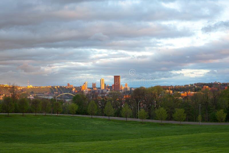 Parque de Schenley na vizinhança de Oakland e skyline do centro da cidade em Pittsburgh foto de stock