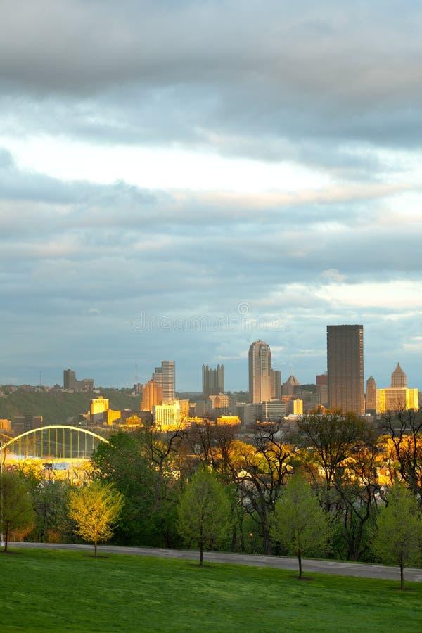 Parque de Schenley na vizinhança de Oakland e skyline do centro da cidade em Pittsburgh foto de stock royalty free
