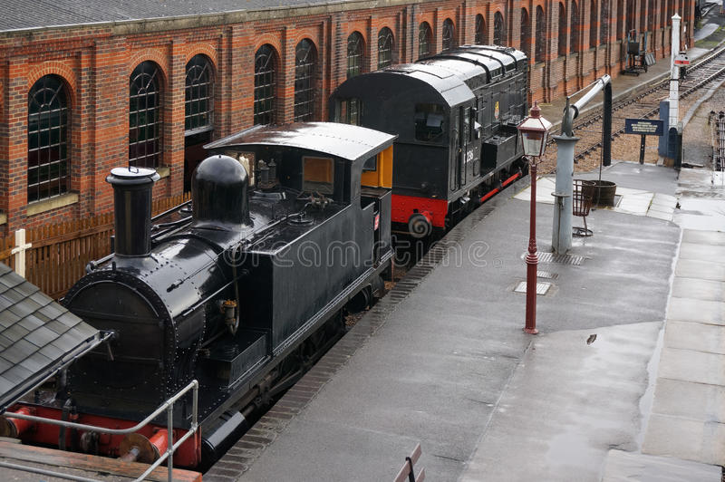 PARQUE DE SHEFFIELD, SUSSEX/UK DEL ESTE - 8 DE SEPTIEMBRE: PA de dos viejo trenes imagen de archivo libre de regalías