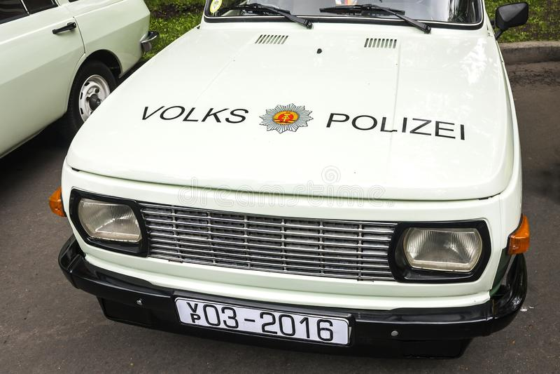 Parque de Sokolniki, Moscou, Rússia 21 de maio de 2016: a parte dianteira do carro de polícia velho 'Volkswagen ', com o emblema  imagens de stock royalty free