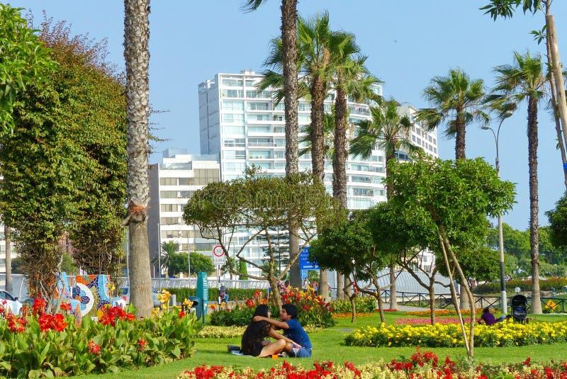 Parque del Amor eller Park av förälskelse i det Miraflores området Ett oidentifierat ungt par som omfamnar sig arkivfoton