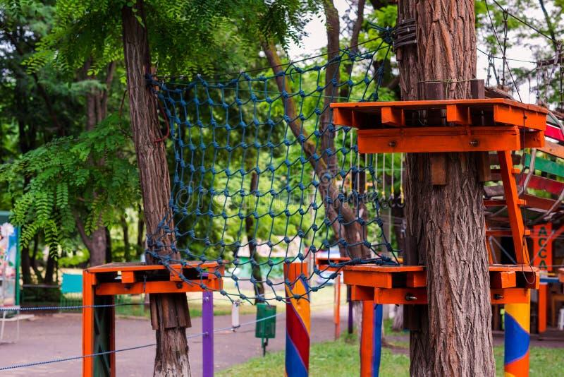 Parque del cable de alta tensión de la aventura que sube imagen de archivo