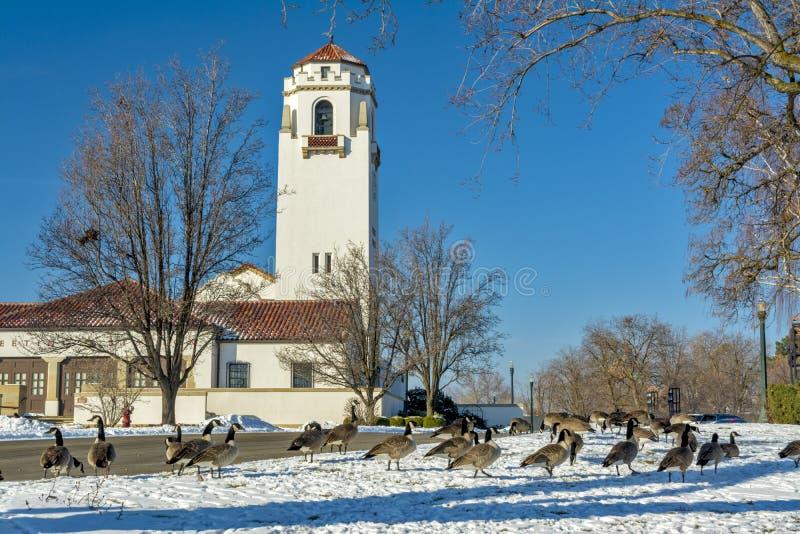 Parque del invierno con el depósito de tren de Boise Idaho fotos de archivo