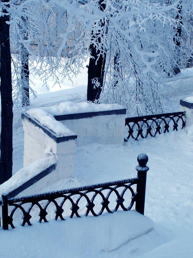 Parque del invierno. Pasamano fotografía de archivo libre de regalías