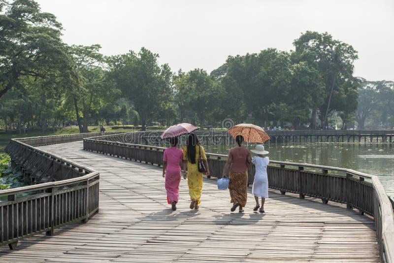 PARQUE DEL LAGO DE ASIA MYANMAR RANGÚN KANDAWGYI imagenes de archivo