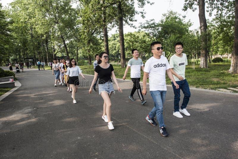 Parque del lago Xuanwu, grupo de estudiantes universitarios, cambiando el vídeo de la formación imagen de archivo libre de regalías