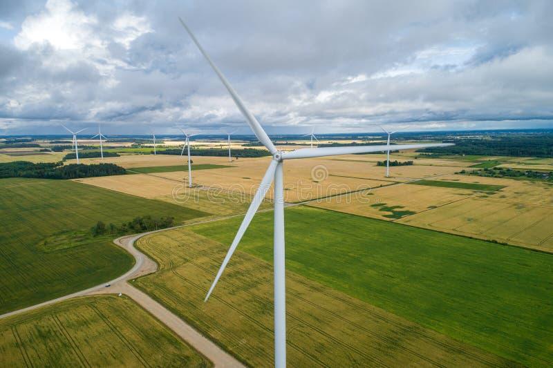 Parque del molino de viento en Lituania, ciudad de Mazeikiai Turbinas del molino de viento con el lado del país en fondo imagen de archivo libre de regalías